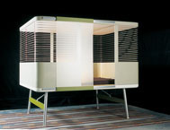 Z roku 2000 pochází tato pozoruhodná Uzavřená postel inspirovaná klasickou ložnicí, v jakých se kdysi spávalo v Bretani, rodném kraji bratrů Bouroullecových