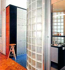 Oblouková stěna ze sklobetonových tvárnic je atraktivním prvkem ze strany koupelny i chodby. Zároveň může pomoci při nápaditějším a praktičtějším členění bytu.