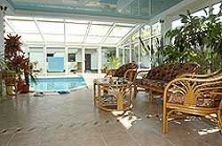 Obdelníkový bazén Desjoyaux je součástí zimní zahrady, která je šikovně propojena s domem. Velké množství rostlin v okolí bazénu vyzařuje pozitivní energii čchi.