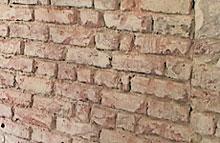 Zdivo s vyškrábanými spárami