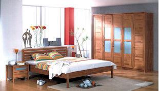 Ložnice LOLA společnosti Mireal vyrobená z moderního masivního buku. Postel je výškově nastavitelná a u skříní si zákazník může zvolit mezi klasickým a posuvným otvíráním.