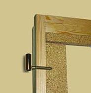 Část obvodového rámu s upevněním závěsu do vlysové výztuhy u dveří Sapeli.