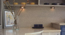V tomto p��pad� se kompozit pou�il na kompletn� obklad st�ny i ost�n� okna. Hrana pracovn� desky je zaj�mav� profilovan�. Polyston