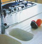 Detailn� z�b�r na ostrov v kuchyni s deskou plynule p�ech�zej�c� do d�ezu. Vyroben� z kompozitn�ho materi�lu. Brik