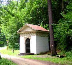 V lesoparku vybudovali bývalí majitelé řadu drobných staveb. Jednou z nich je i Felicitina studánka.