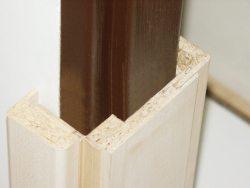 Nový obklad zárubně chytře řeší rekonstrukci dveří v paneláku