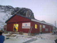 Fasáda s dřevěným obkladem z norského smrku, krytina a lemovací prvky Lindab dohromady vytváří typický vhled severského domu