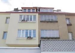 Snímek domu v pražské městské části Hodkovičky. Pravá část domu je bez zateplení a levá část je zateplená kamennou vlnou Rockwool.