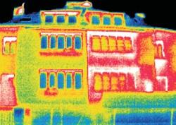 Termosnímek stejného domu. Pravá, nezateplená část je červená, znamená to, že vykazuje značnou teplotu zdí a vnějších ploch. Teplo zevnitř uniká do vnějšího prostředí. U levé, zateplené části převažuje zelená barva, teplota povrchu je tedy mnohem nižší.