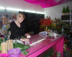 Květinářka Markéta Střechová při přípravě adventního věnce