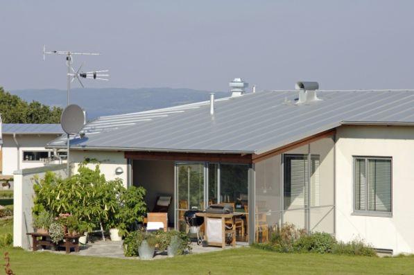 Plechová střecha je nadčasová krytina, kterou používají lidé již desítky let. S vývojem materiálů dosahujeme vyšší životnosti a také lepších vlastností oceli jako takové. Důležitým faktem je skutečnost, že ocel po celou dobu své životnosti nemění své vlastnosti. Klenotem mezi plechovými střechámi je krytina Seamline.  Vysoce tvárný plech určený i na velmi nízké sklony a obloukové střechy, vhodná na moderní i historické budovy, bezúdržbová, s vysokou životností a bohatou škálou barev.  Drážková krytina Seamline nachází uplatnění mimo jiné v horských oblastech, kde jsou na střechy kladeny zvýšené klimatické nároky, nápor sněhu, výrazné střídání teplot apod.