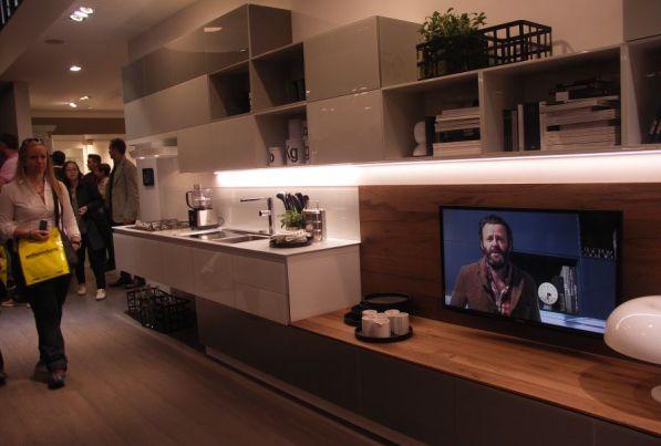 """Linky se stále více prolínají s ostatním nábytkem a občas se stávají součástí """"obývací stěny""""."""