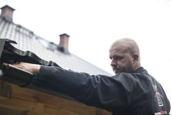 Správná instalace okapů se spádem 5 – 10 % (5 až 10 mm na 1 m délky okapu) prodlužuje životnost střechy.