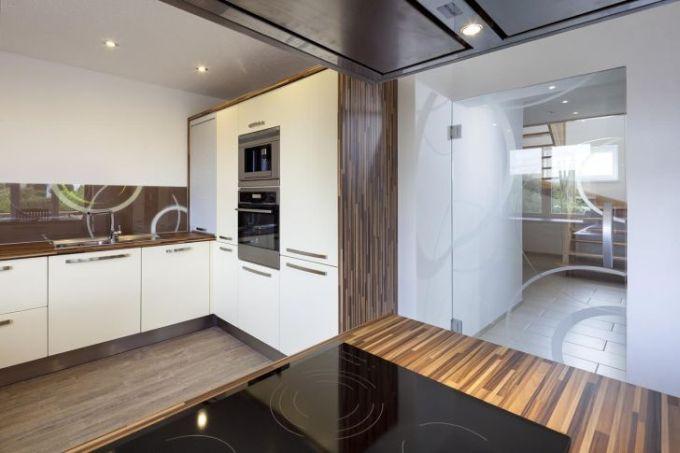 Skleněný dekor v ladění kuchyňské desky - celkový pohled, zdroj: VV SKLO