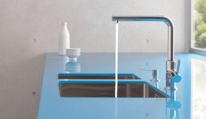 Nová baterie KLUDI L-INE S – čisté linie a silné kontrasty v kuchyni