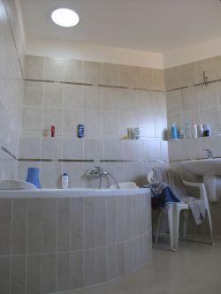Koupelna zalitá osvěžujícím  zdravým denním světlem Brno