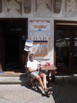 Jan Boháč sedící před Besídkou
