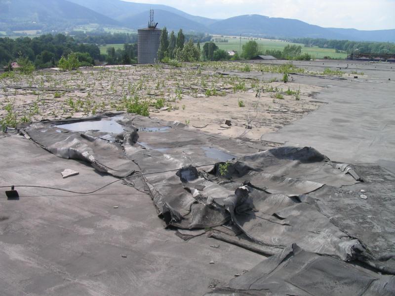 Plochá střecha před rekonstrukcí – v havarijním stavu