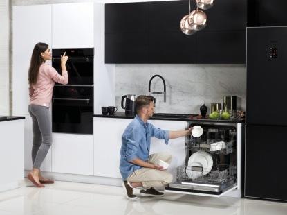 Vestavná řešení Amica: varné desky do malých kuchyní i beznámrazové lednice