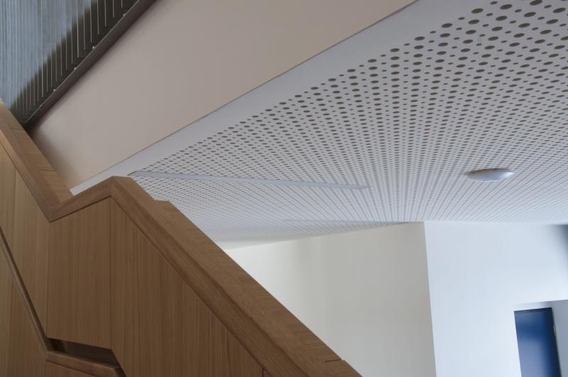 Nejčastěji se děrované desky Cleaneo používají při instalaci podhledů. Velmi dobře poslouží zejména v mezonetových bytech s vysokými stropy, kde může docházet ke vzniku nepříjemné ozvěny.