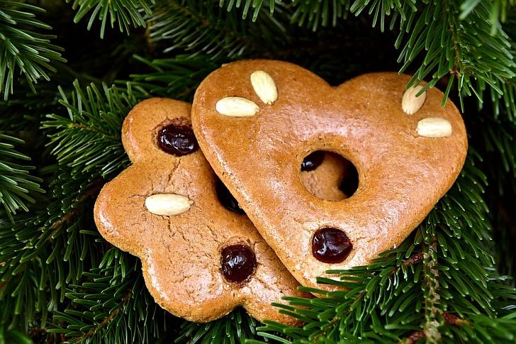 Sladké Vánoce s pečenými ozdobami a dárky, které zahřejí u srdce
