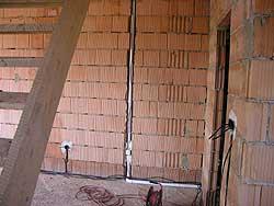 Montáž centrálního vysavače (rozvod trubek v hrubé stavbě)