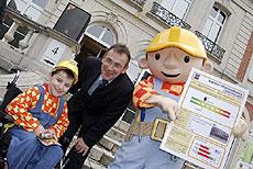 Bořek Stavitel a evropský komisař pro energetiku Andris Piebalgs předali jedné z Evropských škol v Bruselu energetický certifikát.