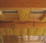 Zateplení střechy může probíhat zároveň s pokládáním střešní krytiny