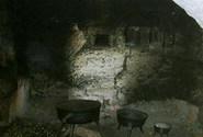 Typick� �ern� kuchy�, k va�en� posta�ilo jen otev�en� ohni�t� a kotl�ky.