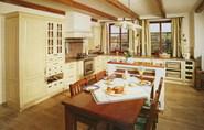 Rondo. Opravdov� babi��ina kuchyn�. Jemn� smetanov� odst�n laku nech� vyniknout dekorativn�m detail�m n�bytku a dotv��� p�vabnou atmosf�ru tradi�n� kuchyn�. Kresba masivn�ho dubu lehce prostupuje barevn�m n�st�ikem. Rojana.