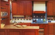 Ravena. V�echny prvky tradi�n� kuchyn� bez p�ehnan� zdobnosti, d�hovan� dv��ka zdob� nen�padn� dekor. Za pov�imnut� stoj� dekorativn� li�ty a sloupky. Han�k.