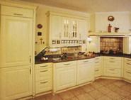 Escluzivo. Klasick� rustik�ln� kuchyn� z dubov�ho masivu. Lehk� vanilkov� odst�n s p�iznanou texturou d�eva p�sob� lehce v kombinaci s le�t�n�mi plochami um�l�ho kamene Techniston. Rojana.