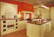 Royal. Romantick� inspirace stylovou venkovskou kuchyn�. Povrchov� �prava bukov�ho masivu je provedena p�vodn� technologi� ru�n�ho fl�drov�n�. Rojana.