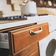 Za masivn� d�ev�nou deskou starobyl� kuchyn� se skr�v� kvalitn� modern� mechanika umo��uj�c� bezprobl�movou obsluhu. (Amber interier, Atmosphere)