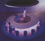 Futuristick� design baru s prom�nliv�m osv�tlen�m umo�nila pr�v� tv�rnost kompozitn�ho materi�lu (design: James Irvine). Corian