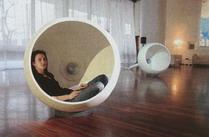 Zaj�mav� tvarovan� sko��pka na poslouch�n� je vyrobena z materi�lu Zodiaq. Zodiaq