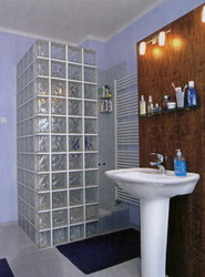 Sprchový kout se stěnami z luxfer je nejen elegantní, ale i praktický.