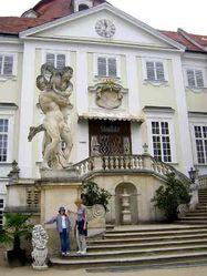 Jedno ze dvou sousoší, jimiž je ozdobeno dvouramenné barokní schodiště u vstupu do zámku.