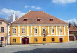 O rodném domě slavného architekta J. Hoffmanna v Brtnici jsme psali nedávno. Rekonstrukce stavby se rovněž uchází o titul Stavba roku.