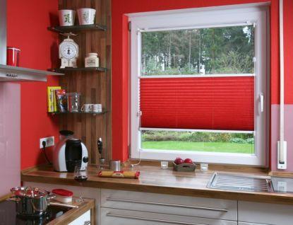 Jak zkrotit sluneční paprsky? Pomohou látkové plisé i rolety