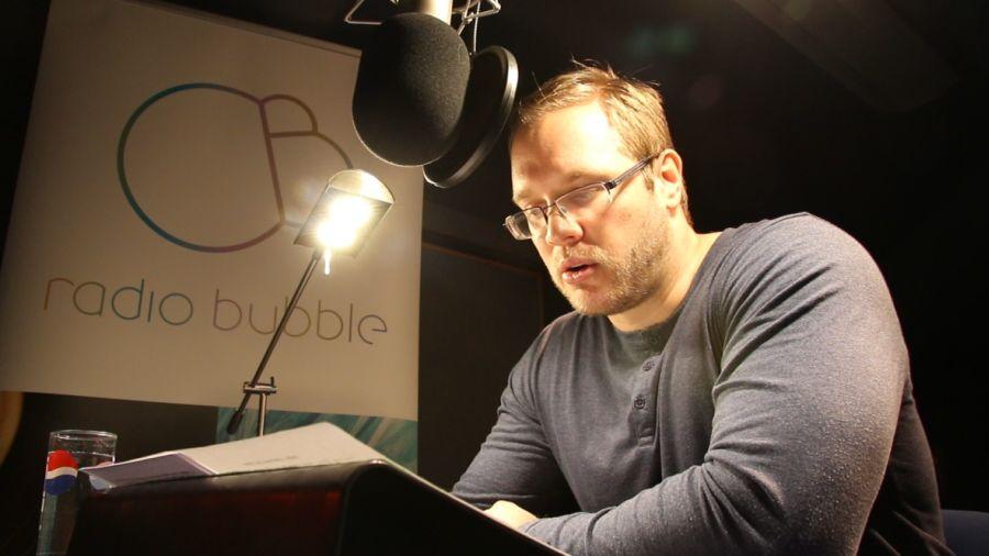 Filmový kritik Kamil Fila při natáčení nového dílu pořadu Filmová sprcha.