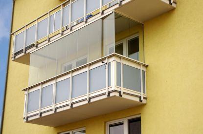 Počátky zasklení balkonů a lodžií
