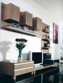 Obývací stěna nízká s vystouplými horními policemi