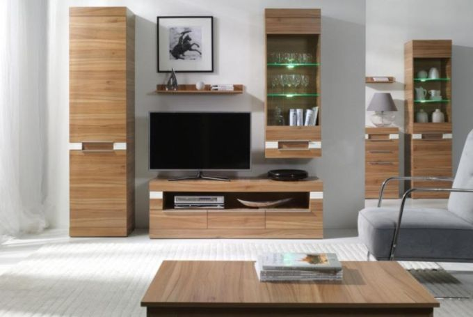 Obývací sestava s vysokými vertikálními skříňkami