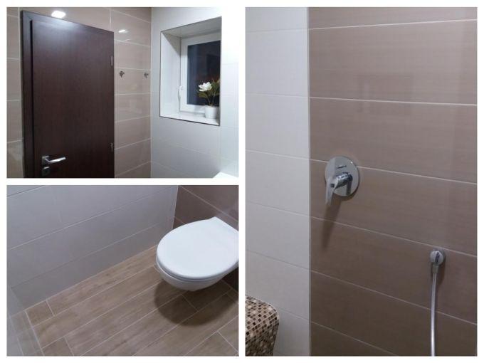 Obklady v hnědých tónech a dlažba napodobující dřevo podtrhli přírodní ráz koupelny