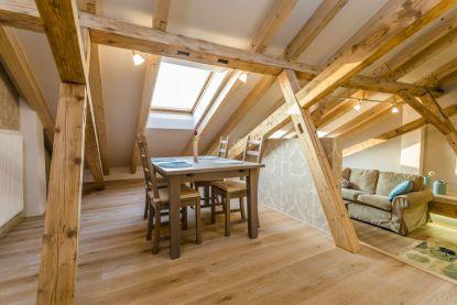 Citlivě zrekonstruovaný podkrovní byt nabízí originální bydlení v historickém centru Košic
