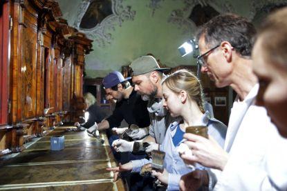 20 tisíc hodin práce: Brněnští a mnichovští studenti restaurátorství zachránili barokní mobiliář. Jezuité jej mohou po dvou letech opět využívat