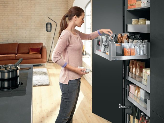 Legrabox free se zásuvnými prvky ze skla – pro pÅ™ehled: Space Tower, praktická potravinová skříň s vnitÅ™ními výsuvy od firmy Blum