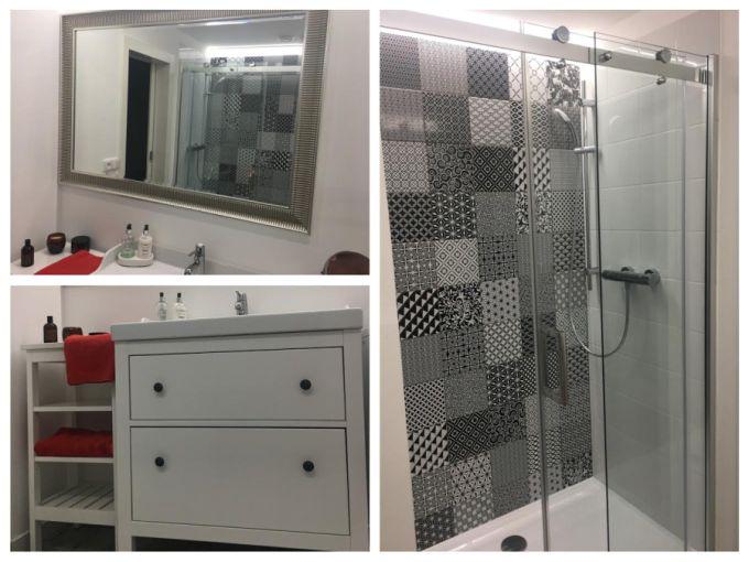 Bílý obklad a výrazný dekor podtrhl celý styl koupelny.
