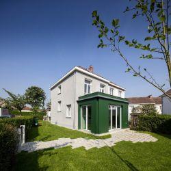 Díky přístavbě získal dům o 15 m2 větší obytnou plochu. Její velikost je podmíněná dispozicí jednotlivých parcel.